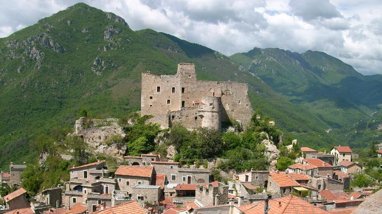 Vista su Castelvecchio di Rocca Barbena