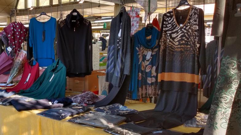 Bancarella di vestiti, mercato di merci varie Liguria