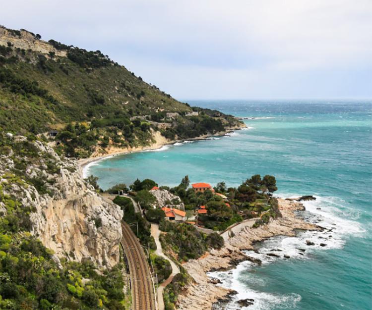 litorale con mare e colline